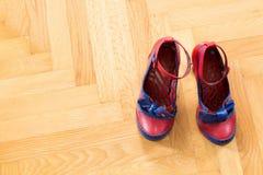 Une paire de chaussures utilisées d'une femme Photos stock
