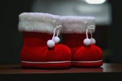 Une paire de deco de botte de Santa avec le fond foncé image libre de droits