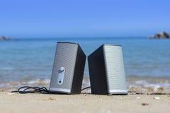 Une paire de haut-parleurs sur la plage avec l'eau de mer bleue à l'arrière-plan prêt pour la plage fait la fête un jour ensoleil photo stock