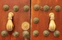 Une paire de heurtoirs de porte formés par main image libre de droits