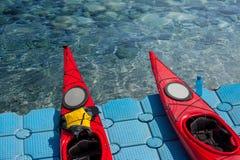 Une paire de kayaks simples dans une rangée 01 Images libres de droits
