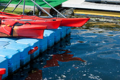 Une paire de kayaks simples dans une rangée 03 Photos stock