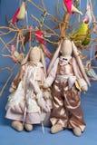 Une paire de lapins se tient sur un fond d'arbre avec des oiseaux, jouets Image stock