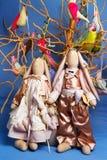 Une paire de lapins se tient sur un fond d'arbre avec des oiseaux, jouets Image libre de droits