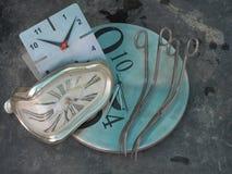 Une paire de longs ciseaux incurvés de courbes pour les usines de cisaillement au bord d'une horloge murale ronde de cadran, au c Images libres de droits