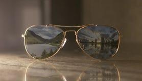 Une paire de m?tal d'or et d'aviateur classique de lentille brune photo libre de droits
