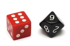 Une paire de matrices - on est hexagone rouge tandis que l'autre est dix noirs dégrossis photos stock