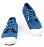 Une paire de nouvelles chaussures bleues Photo stock