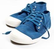 Une paire de nouvelles chaussures bleues Photographie stock