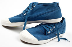 Une paire de nouvelles chaussures bleues Images stock
