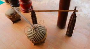 Une paire de paniers crated et de bâtons en bambou de torche de résine d'arbre s'étendant au sol photos stock