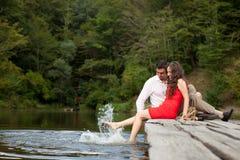 Une paire de personnes d'amants s'assied sur le pont Photographie stock