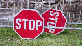 Une paire de signes d'arrêt photos stock