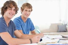 Une paire de sourire d'étudiants mâles Images libres de droits