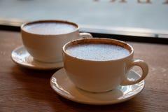 Une paire de tasses de caf? photographie stock libre de droits