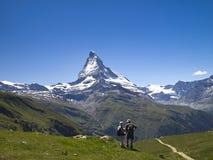 Une paire de trekker sur le journal de la région de Matterhorn Image libre de droits