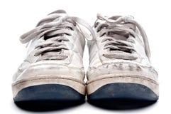 Une paire de vieilles chaussures portées de sports Image stock