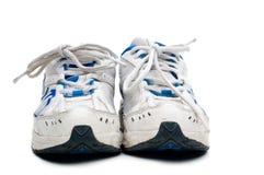 Une paire de vieilles chaussures sportives portées Images stock
