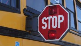 Une palette prolongée d'arrêt d'autobus scolaire banque de vidéos