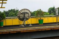 Une parabole pour l'émetteur de télécommunication de signal dans la station de train Jakarta rentré par photo Indonésie Image stock
