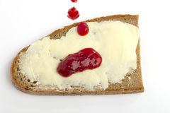 Une part de pain avec relâcher le bourrage rouge Image stock