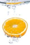 Une part orange tombant dans l'eau photo libre de droits
