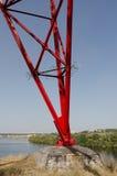 Une partie d'appui électrique à haute tension sur le fond de la rivière et du barrage Image libre de droits