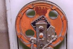 Une partie d'ascenseur industriel La poulie roulent dedans la salle des machines Photographie stock libre de droits