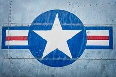 Avion militaire avec le signe d'étoile et de rayure. photo stock