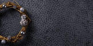 Une partie d'une belle guirlande de Noël peinte en or sur un fond noir Le décor de l'intérieur drapeau photographie stock
