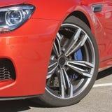 Une partie d'une fin rouge de voiture  Voiture rouge image stock