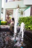 Une partie d'une fontaine de marbre avec des jets de l'eau et de baisses images stock