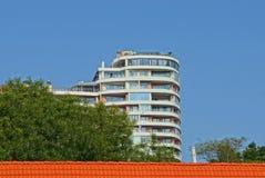 Une partie d'une grande maison blanche avec des balcons sur un fond de ciel bleu images libres de droits