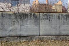 Une partie d'une longue barrière concrète grise sur une rue rurale images stock