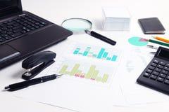 Une partie d'ordinateur portable, calculatrice, diagrammes, graphiques, documents Photo stock