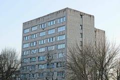 Une partie d'un bâtiment gris grand avec des fenêtres sur le fond de ciel Photo stock