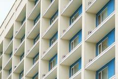 Une partie d'un immeuble de bureaux à plusiers étages moderne avec des balcons et des fenêtres Image stock