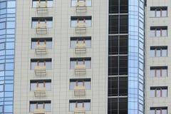 Une partie d'un immeuble de bureaux à plusiers étages moderne avec des balcons et des fenêtres Image libre de droits