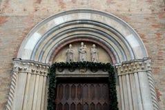 Une partie d'un mur avec la porte cloutée de la cathédrale de la crème dans la province de Crémone en Lombardie (Italie) Image stock