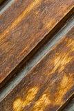 Une partie d'un panneau en bois a nervuré la texture en gros plan ébouriffée par le vent rustique de fond diagonal brun verni photographie stock