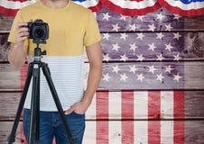 Une partie d'un photographe se tenant sur un fond de drapeau américain Photo libre de droits