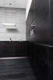Une partie de cuisine noire de bois dur Photo stock