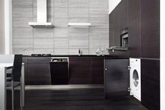 Une partie de cuisine noire de bois dur Photos stock