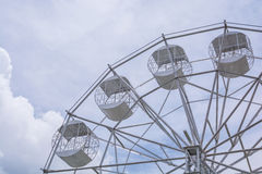 Une partie de Ferris Wheel blanc sur le ciel nuageux Images libres de droits