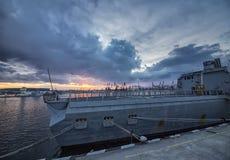 Une partie de forces navales de frégate au coucher du soleil au port image libre de droits
