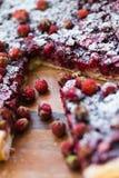 Une partie de gâteau avec des fraises Photos stock