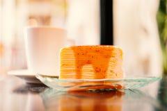 Une partie de gâteau de crêpe a complété avec de la sauce à fraise Images stock