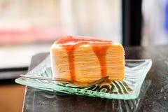 Une partie de gâteau de crêpe a complété avec de la sauce à fraise Photo libre de droits