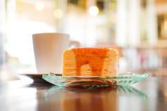 Une partie de gâteau de crêpe a complété avec de la sauce à fraise Photo stock
