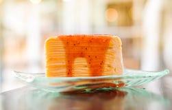 Une partie de gâteau de crêpe a complété avec de la sauce à fraise Images libres de droits